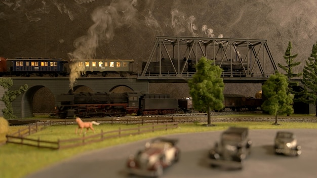 Spielzeuglokomotive auf der brücke.