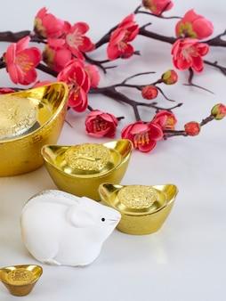 Spielzeugmaus mit goldenen behältern und blumen