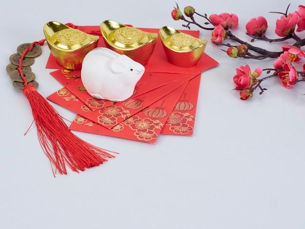 Spielzeugmaus mit goldenen behältern und papieren