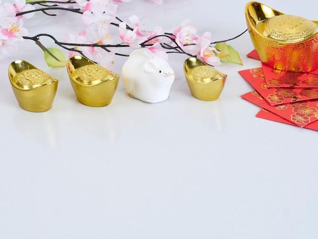 Spielzeugmaus und papiere mit goldenen behältern und blumen