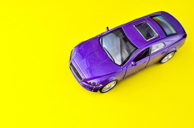 Spielzeugmodell des autos mit raum für text.