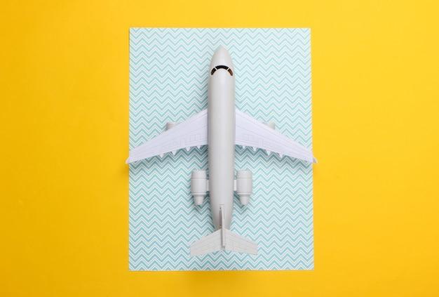 Spielzeugmodell des flugzeugs auf einem blauen gelb.