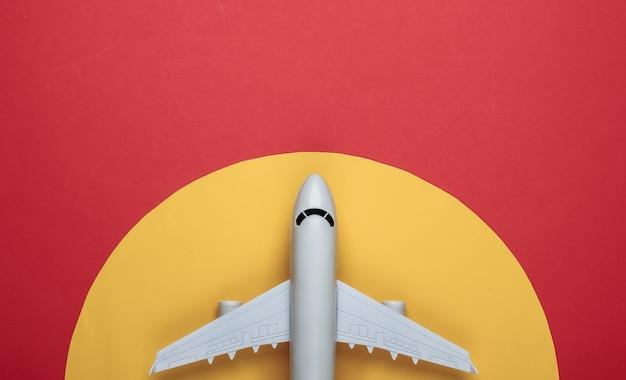 Spielzeugmodell des flugzeugs auf rot mit gelbem kreis.