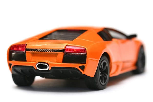 Spielzeugmodellauto auf weißem hintergrund