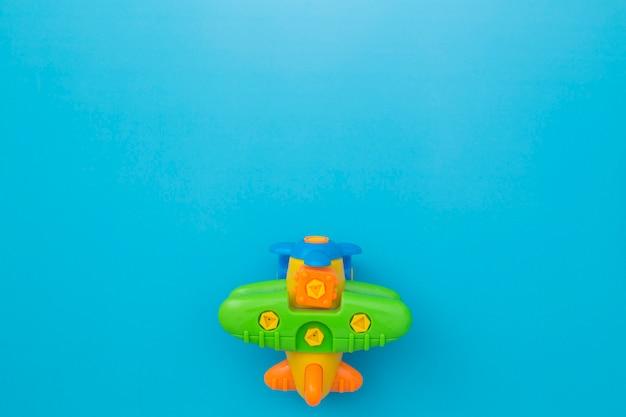 Spielzeugmodellflugzeug, buntes modell des flugzeuges auf blauem hintergrund.