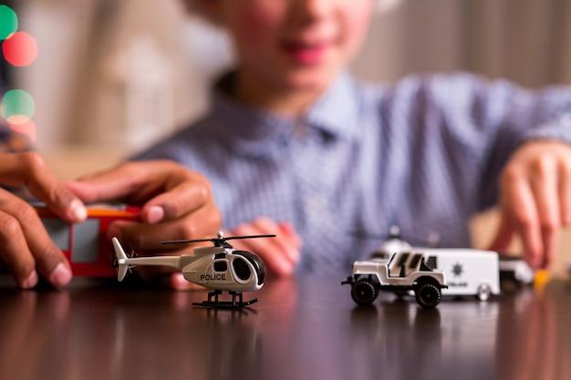Spielzeugpolizeitransport für jungen.