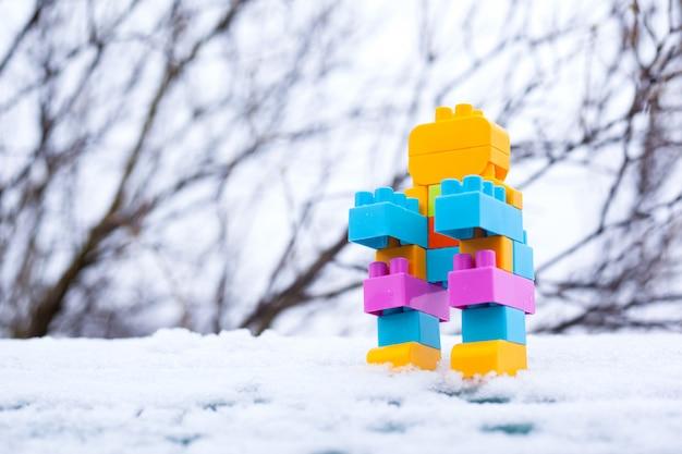 Spielzeugroboter im schnee, hausgemachter kleiner winterroboter