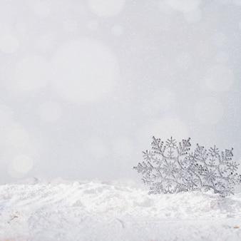 Spielzeugschneeflocken auf bank des schnees