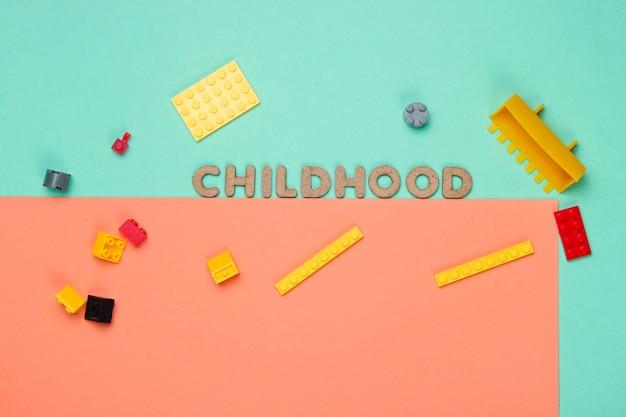 Spielzeugsteine auf blau-rosa papier