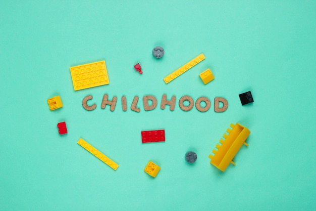 Spielzeugsteine auf blauem papier