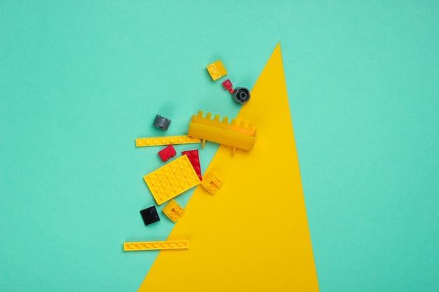 Spielzeugsteine auf gelbblauem papier