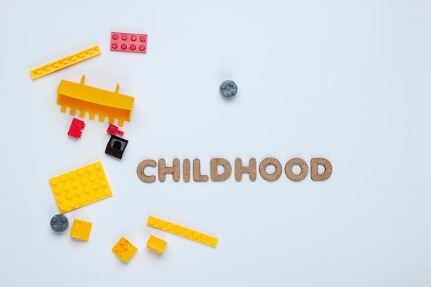 Spielzeugsteine auf weißem papier