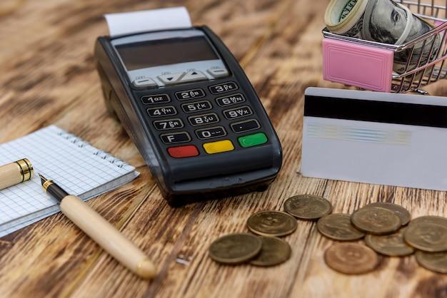 Spielzeugwagen mit dollar, kreditkarte und bankterminal