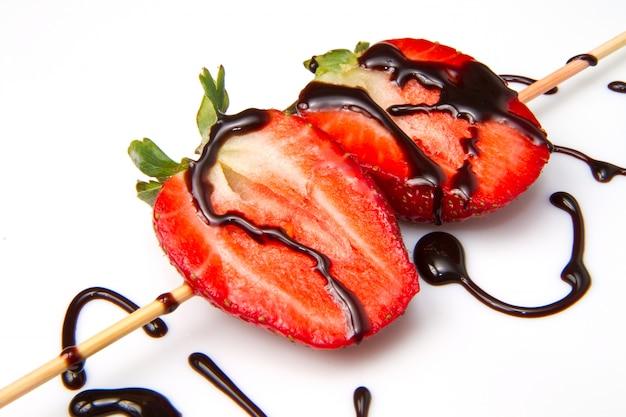 Spieß von frischen erdbeeren