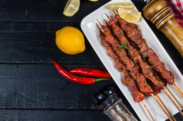 Spieße shashlik kebab mit roter soße