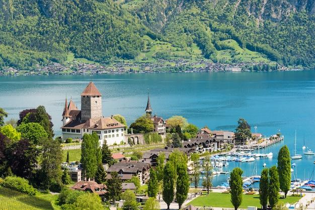 Spiez-schloss mit yachtschiff auf see thun in bern, die schweiz. wunderschöne landschaft in der schweiz