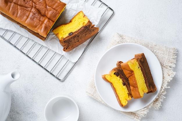 Spiku oder lapis surabaya, der schichtenreiche eigelbkuchen mit erdbeermarmelade dazwischen, bright mood photoshoot