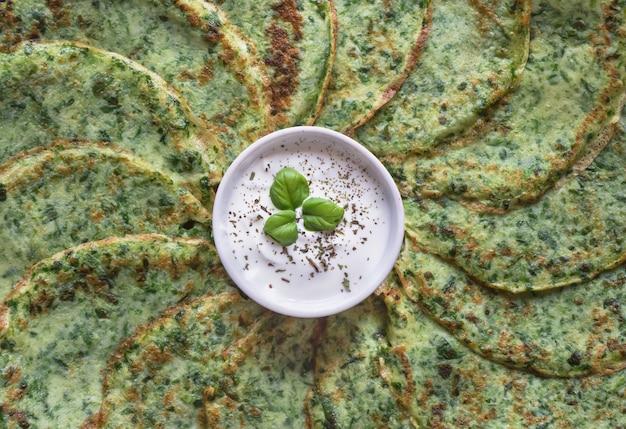 Spinat adai - indische grüne pfannkuchen. vegetarisches essen.