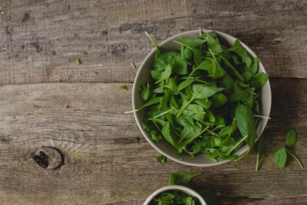 Spinat auf dem tisch