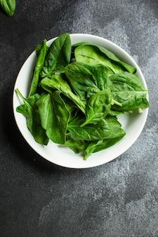 Spinat auf draufsicht der platte