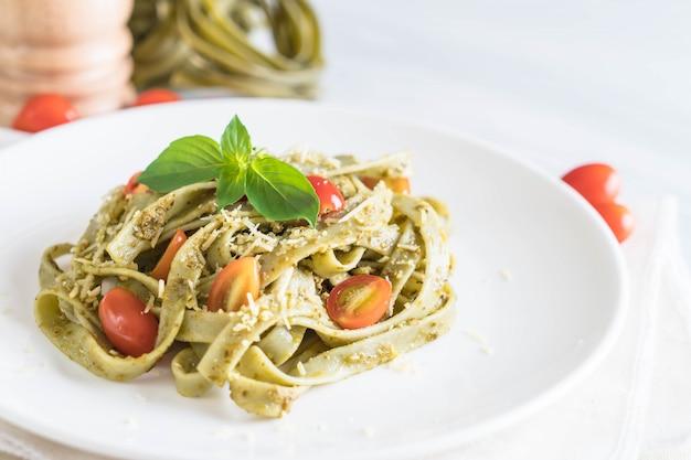 Spinat fettuccine mit tomaten