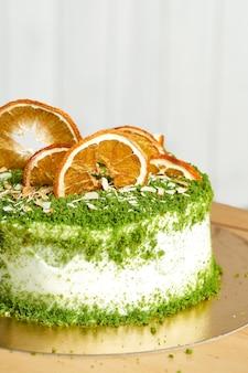 Spinat hausgemachten kuchen auf dem tisch. holzhintergrund.
