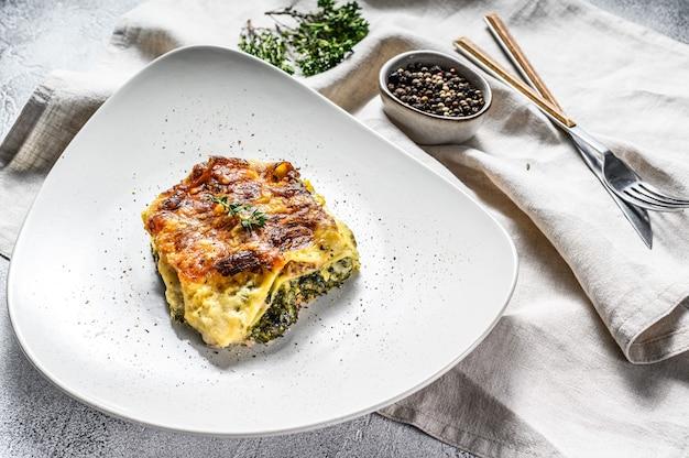 Spinat lasagne ein teller, vegetarisches essen. weißer hintergrund. draufsicht.