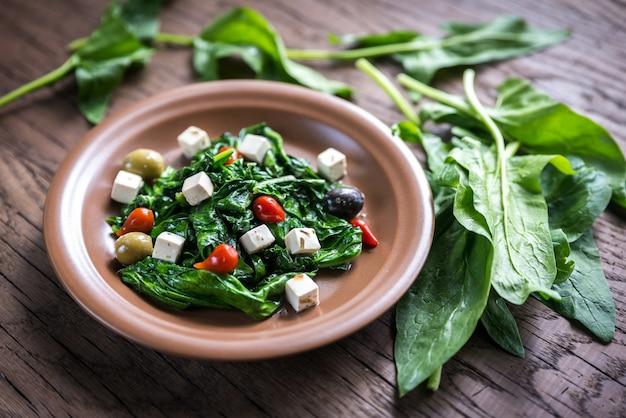 Spinat mit käse, oliven und pfeffertropfen