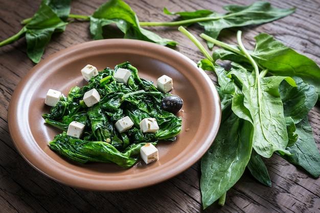 Spinat mit käse, oliven