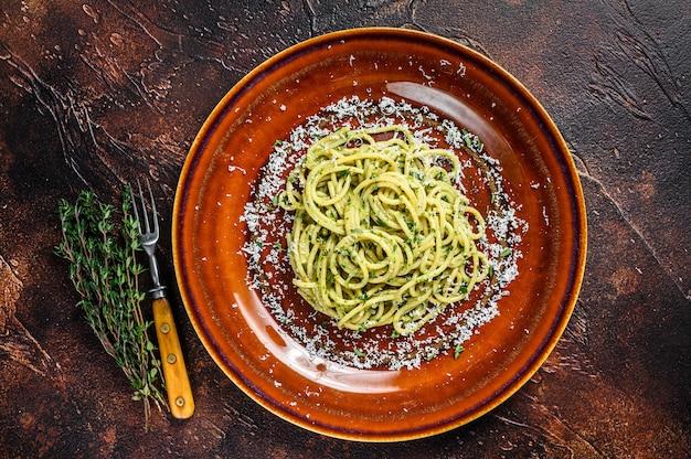 Spinat-spaghetti-nudeln mit pesto-sauce und parmesan