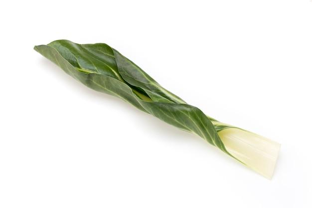 Spinatblätter isoliert auf weiß.