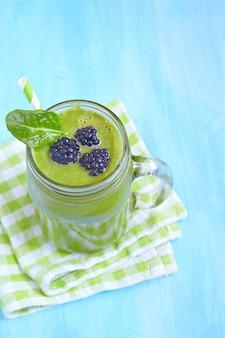 Spinatgrüner smoothie mit brombeere und blatt