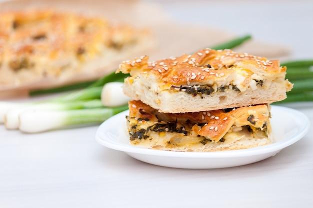 Spinatkuchen oder spanakopita mit spinat, käse, eiern, zwiebeln.