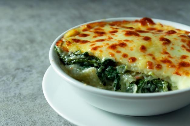Spinatlasagne mit italienischer lebensmittelart des käses, vegetarische lasagne