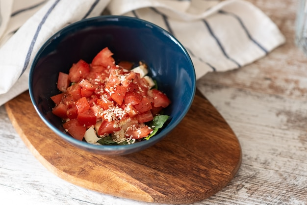 Spinatsalat mit erdbeeren und sesam