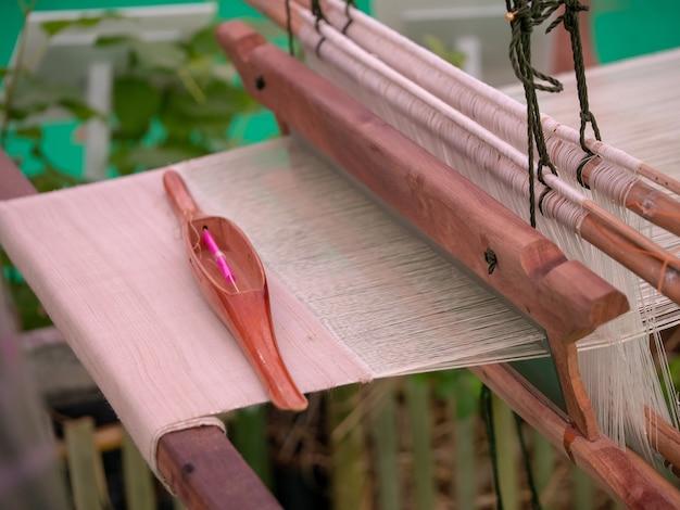 Spinnende seide des spinnmaschinelooms in thailand
