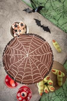Spinnennetz-schokoladentarte mit grünem pudding