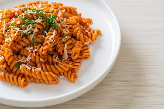 Spiral- oder spirali-nudeln mit tomatensauce und käse - italienische küche