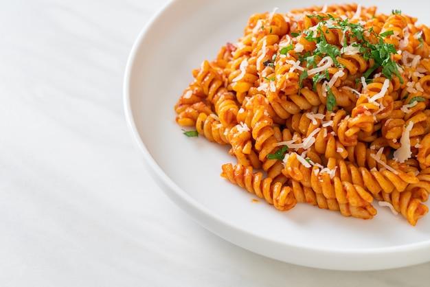 Spiral- oder spirali-nudeln mit tomatensauce und käse. italienischer essensstil