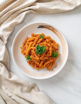 Spiral- oder spirali-nudeln mit tomatensauce und petersilie - italienische küche