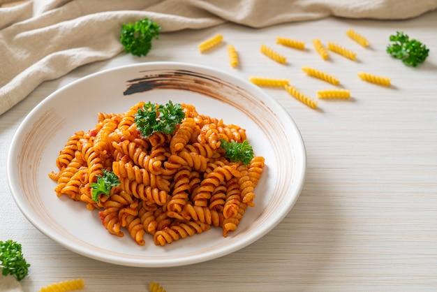 Spiral- oder spirali-nudeln mit tomatensauce und petersilie
