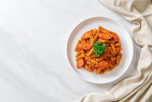 Spiral- oder spirali-nudeln mit tomatensauce und wurst - italienische küche