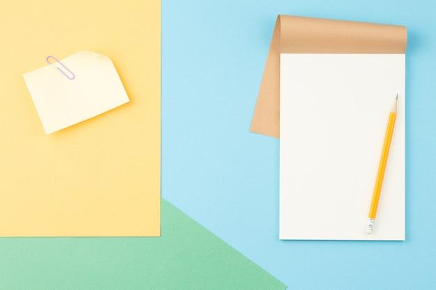 Spiralblock mit briefpapier auf farbigem papier