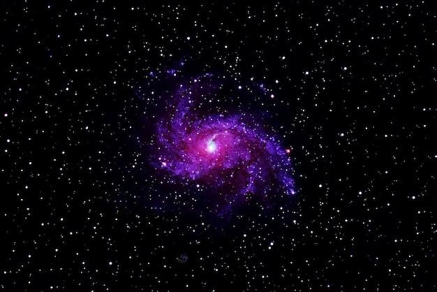Spiralgalaxie auf dunklem hintergrund elemente dieses bildes wurden von der nasa bereitgestellt