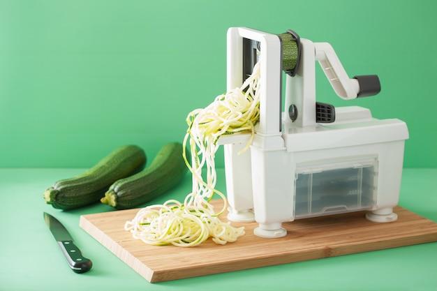 Spiralisierendes rohes zucchini-gemüse mit spiralisierer