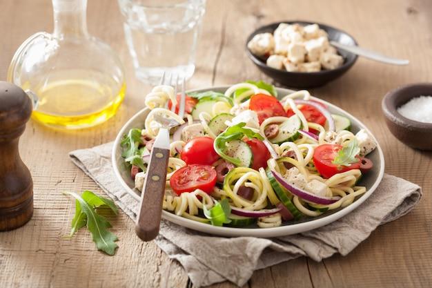 Spiralisierter zucchini-salat nach griechischer art mit tomaten-feta-oliven-gurke