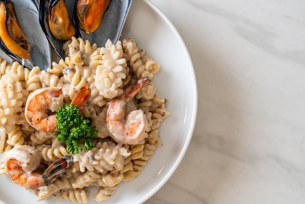 Spiralnudel-champignon-sahne-sauce mit meeresfrüchten - italienische küche