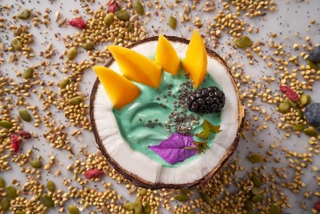 Spirulina schüssel smoothie in kokosnuss brombeer mango
