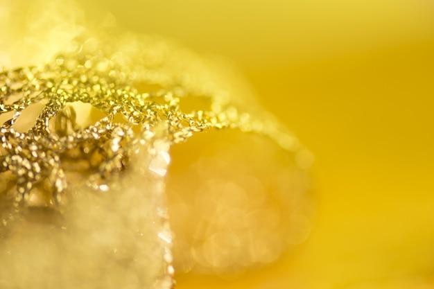 Spitze aus gold