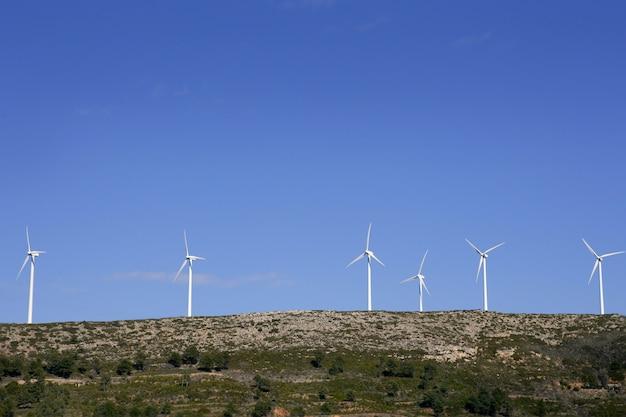 Spitze des berges mit windmühlen